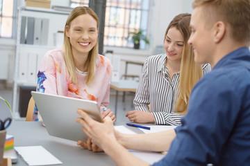 motiviertes junges team arbeitet zusammen im büro