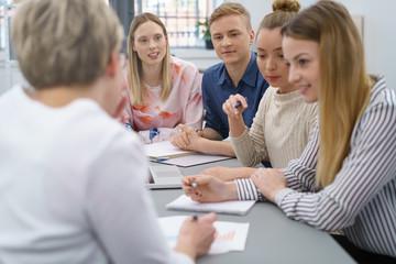 studenten arbeiten zusammen in einem seminar
