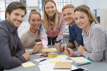 junge leute lernen zusammen in einem seminar