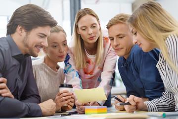 kollegen erarbeiten ideen in einer besprechung