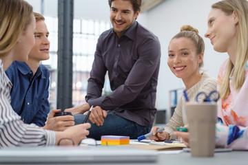 junge mitarbeiter unterhalten sich in einem meeting