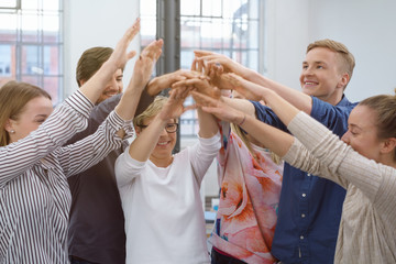 motiviertes team im büro klatscht ab