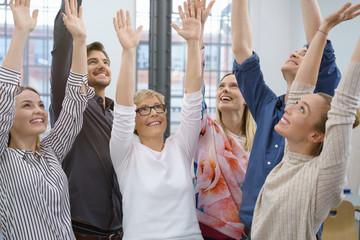 motiviertes team freut sich über einen erfolg