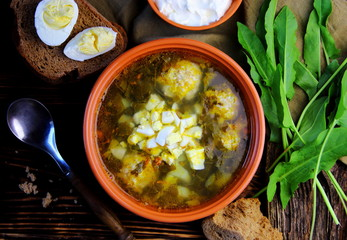 щавельный суп с тефтелями и вареным яйцом.вид сверху