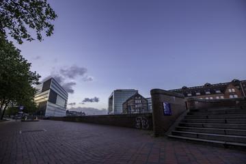 Gegensätzliche Architektur in der Speicherstadt Hamburg