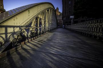 Brücke über einen Kanal in Hamburg im Sonnenaufgang