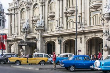 "Fotorolgordijn Rood, zwart, wit Fassade des Grossen Theaters ""Garcia Lorca"" in Havanna."