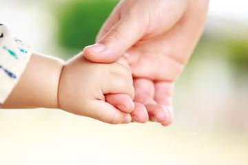 赤ちゃんとお母さんが握手