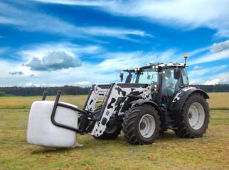 Fototapete - Traktor na polu