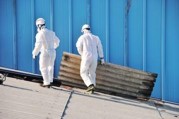 Trabajadores de amianto retiran tejado de fibrocemento en Alava (España)