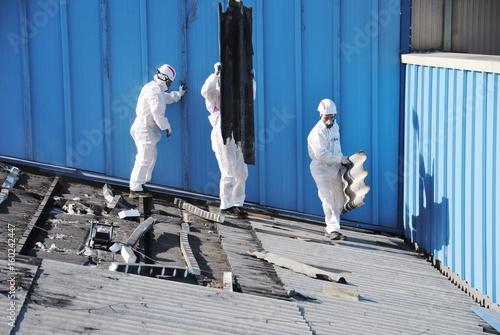 Trabajadores De Amianto Retiran Tejado De Fibrocemento En Alava