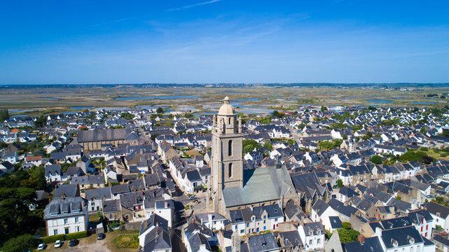 Vue aérienne de Batz sur Mer et de l'église Saint Guénolé en Loire Atlantique, France