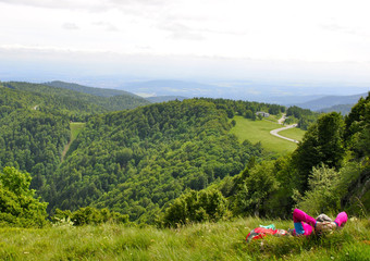 Randonneur faisant une pause en contemplant le massif Vosgien