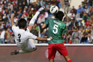 Jordan's Mohammad Al Basha (L) fights for the ball with Bangladesh's MD Ariful Islam in Amman