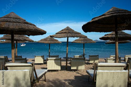 Spiaggia Di Sabbia Bianca Della Costa Smeralda Con Ombrelloni Di