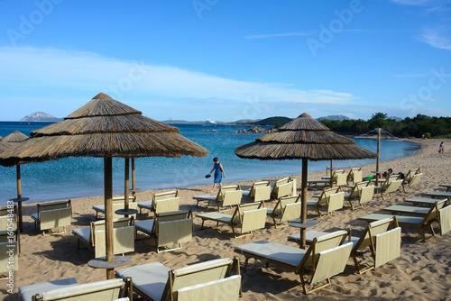 Spiaggia Di Sabbia Bianca Con Ombrelloni Di Paglia E Sedie A Sdraio