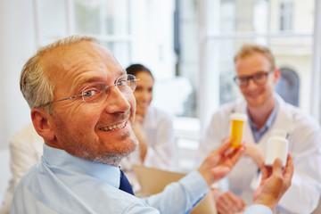 Senior als Patient lächelt zufrieden