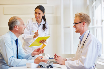 Patient wird beraten über die Therapie