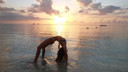 Hermosa mujer modelo posando frente al mar de Jamaica durante el atardecer