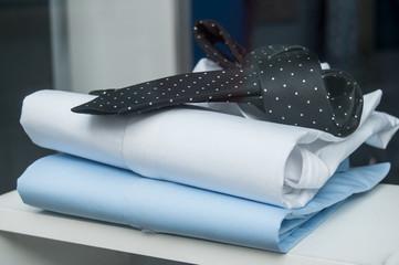 détail cravate et chemise en vitrine