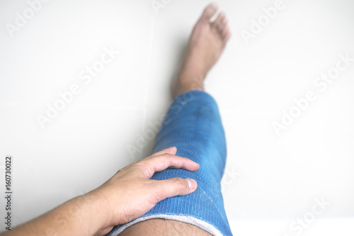 4e15472e37 a man touch blue light splint for fixing knee and for healing and recovery  ACL injuries