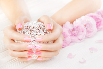 Poster de jardin Manicure pink manicure with fresh tea rose, white ball of yarn