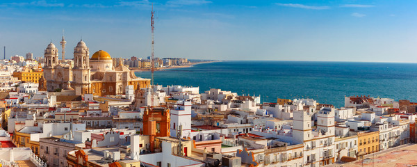 Photo sur cadre textile Europe Méditérranéenne Aerial panoramic view of the old city rooftops and Cathedral de Santa Cruz in the morning from tower Tavira in Cadiz, Andalusia, Spain
