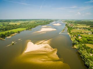 Rzeka widziana z lotu ptaka. Rzeka Wisła z piaszczystymi mieliznami.