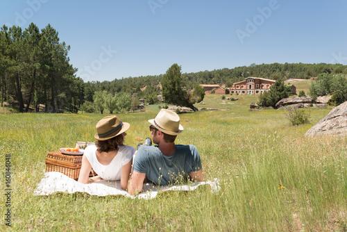 f316dc8f271 Joven pareja haciendo un picnic en un soleado día de verano en el campo