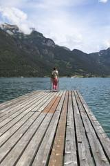 Alter Holzsteg am Achensee in den Alpen, Österreich