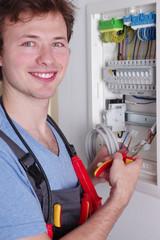 Freundlich lächelnder Elektriker, Elektroinstallation