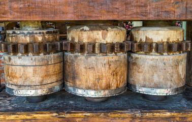 Engrenagem antiga de madeira.