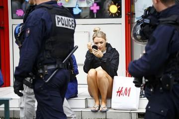 English fan fixes makeup near riot police in Lens - Euro 2016 - Group B