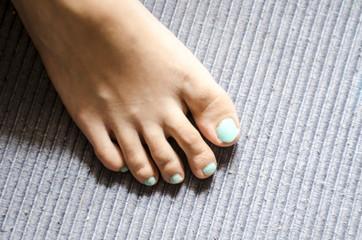 uñas de los pies pintadas de azul