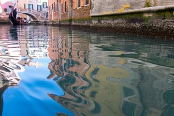 Riflessi sul canale a Venezia