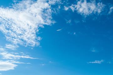 Облака на голубом небе, шаблон для обоев.