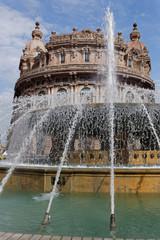 Fontaine sur la place Piazza De Ferrari à Gênes