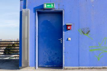Notausgang Fluchttür blaue Metalltür