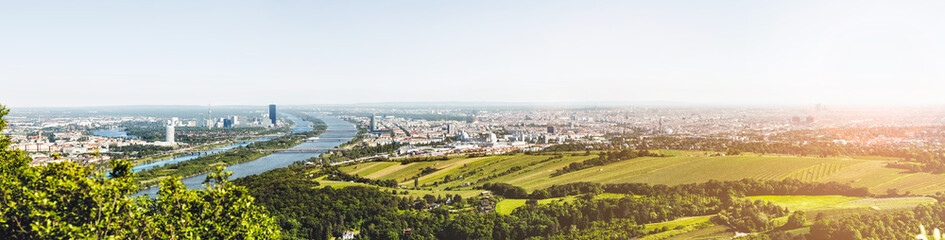 Spoed Fotobehang Wenen Panoramic view of Vienna, Austria from Kahlenberg