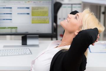 frau entspannt am arbeitsplatz