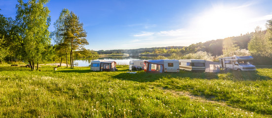 Photo sur Aluminium Camping Caravans and camping on the lake. Family vacation outdoors, travel concept