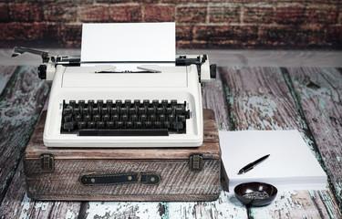 Autorenarbeit mit alter Reiseschreibmachine