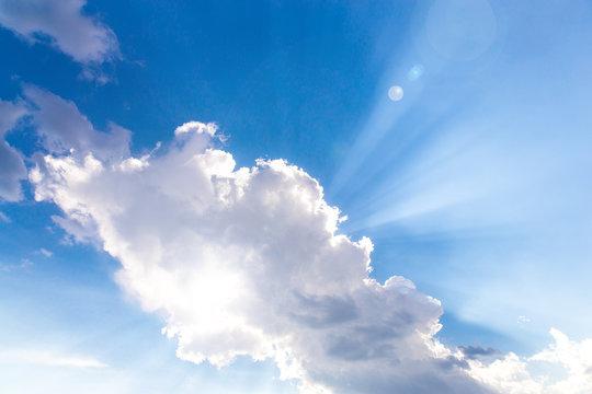 Sonne versteckt sich hinter Wolke
