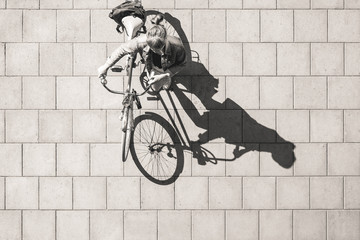 Mujer y bicicleta / Girl and bicycle