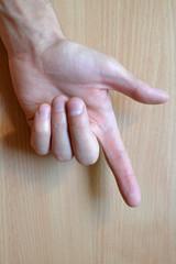 Рука с тремя зажатыми пальцами