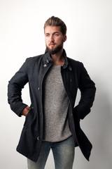 attraktiver Mann mit Dufflecoat und Pullover