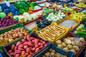 Farbenfrohes Gemüse auf Marktstand
