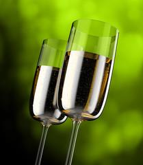 Kieliszki wypełnione szampanem