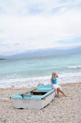 frau sitzt am strand bikini