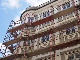 Gebäudesanierung - Historisches Bauwerk eingehüllt mit Baugerüst
